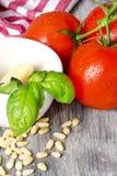 Ingredientes tradicionais italianos da massa em uma tabela de madeira Fotos de Stock Royalty Free