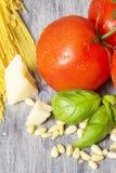 Ingredientes tradicionais italianos da massa em uma tabela de madeira Imagens de Stock Royalty Free