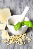 Ingredientes tradicionais italianos do molho do pesto da manjericão em uma tabela rústica Fotografia de Stock