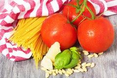 Ingredientes tradicionales italianos de las pastas Fotos de archivo libres de regalías