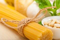 Ingredientes tradicionales italianos de las pastas del pesto de la albahaca Foto de archivo