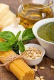 Ingredientes tradicionales italianos de las pastas del pesto de la albahaca Imagenes de archivo