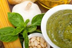 Ingredientes tradicionales italianos de las pastas del pesto de la albahaca Foto de archivo libre de regalías