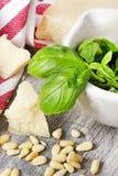 Ingredientes tradicionales italianos de las pastas en una tabla de madera Imagen de archivo libre de regalías
