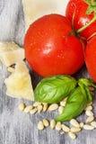 Ingredientes tradicionales italianos de las pastas en una tabla rústica Fotografía de archivo libre de regalías