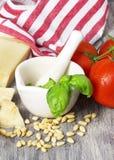 Ingredientes tradicionales italianos de las pastas en una tabla rústica Foto de archivo libre de regalías
