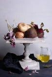 Ingredientes vegetais orgânicos na tabela antiga do serviço Alimento do vegetariano, conceito de cozimento saudável fotos de stock