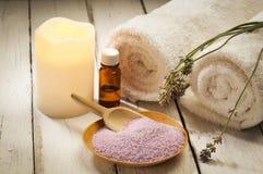 Ingredientes, vela y toallas del baño de la lavanda Foto de archivo