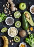 Ingredientes verdes del smoothie Cocinar los smoothies sanos del detox Punto negro Imágenes de archivo libres de regalías