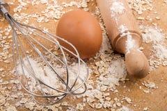 Ingredientes y accesorios para cocer las galletas escocesas de la harina de avena Fotografía de archivo