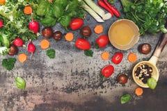 Ingredientes y condimentos de la ensalada Fotos de archivo