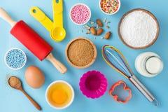 Ingredientes y herramientas de la cocina para cocer la torta Fotografía de archivo