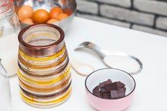 Ingredientes y herramientas para hacer una torta Foto de archivo libre de regalías