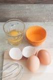 Ingredientes y herramientas para hacer una torta, huevos, tazas de la panadería Fotos de archivo