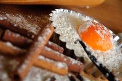 Ingredientes y utensilios de la hornada Foto de archivo libre de regalías