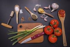 Ingredientes y utensilios para cocinar Imágenes de archivo libres de regalías
