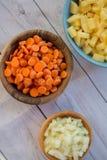 Ingredienti affettati pronti a cucinare una minestra saporita immagini stock libere da diritti