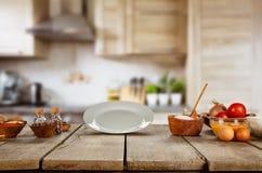 Ingredienti alimentari in cucina disposta sulla plancia di legno Fotografie Stock