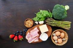 Ingredienti alimentari del cheto, broccoli, spinaci, formaggio, bacon fotografie stock libere da diritti