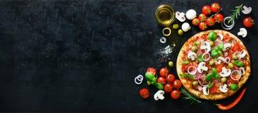 Ingredienti alimentari e spezie per la cottura dei funghi, pomodori, formaggio, cipolla, olio, pepe, sale, basilico, oliva e fotografia stock libera da diritti
