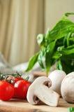 Ingredienti alimentari per i piatti della pasta o della pizza su una tavola di legno nella cucina rustica Fotografia Stock