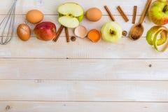 Ingredienti alimentari per la torta di mele della preparazione Fotografie Stock