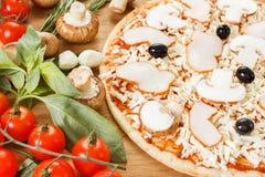 Ingredienti alimentari per pizza sulla fine della tavola su fotografie stock
