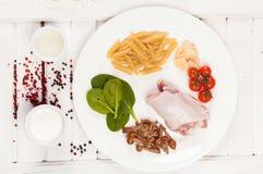 Ingredienti alimentari sul piatto fotografia stock
