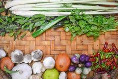 Ingredienti alimentari tailandesi sul canestro del pavimento fotografia stock