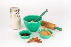 Ingredienti bollenti con le ciotole festive d'annata e l'articolo da cucina immagine stock libera da diritti