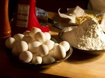 Ingredienti casalinghi della farina di frumento e della pasta delle uova Fotografia Stock