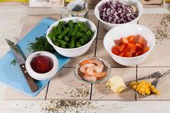 Ingredienti in ciotole, pomodori, cipolle, cereale, gamberetto, alimento, cucinante ricetta Immagine Stock Libera da Diritti