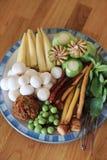Ingredienti crudi con molti generi di erbe per curry caldo e piccante vegetariano o il curry della giungla Ricetta sana tailandes fotografia stock