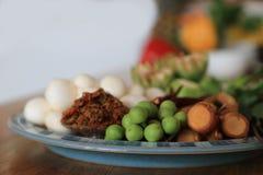 Ingredienti crudi con molti generi di erbe per curry caldo e piccante vegetariano o il curry della giungla Ricetta sana tailandes immagine stock libera da diritti