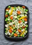 Ingredienti crudi per la cottura del pranzo vegetariano - verdure stagionali - cavolini di Bruxelles, carote, cavolfiore, zucca fotografia stock libera da diritti