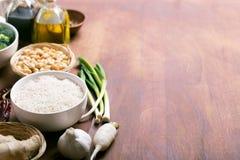 Ingredienti crudi, riso, aglio ed olio dell'alimento cinese Fotografia Stock Libera da Diritti