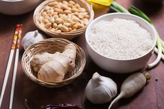 Ingredienti crudi, verdure e dadi dell'alimento cinese Fotografie Stock Libere da Diritti