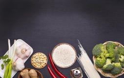 Ingredienti crudi, verdure e dadi dell'alimento cinese Immagini Stock