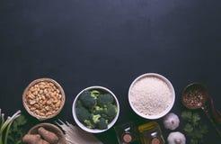 Ingredienti crudi, verdure e dadi dell'alimento cinese sui precedenti scuri Foto modificata Immagini Stock