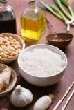 Ingredienti crudi, verdure e riso dell'alimento cinese Orientamento verticale Immagine Stock Libera da Diritti