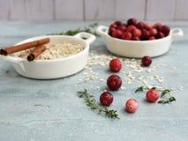 Ingredienti dei mirtilli rossi, del timo e della torta immagini stock