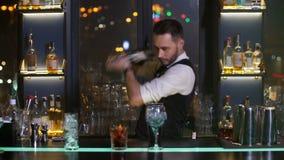 Ingredienti del cocktail di miscelazione del barista facendo uso dell'agitatore stock footage