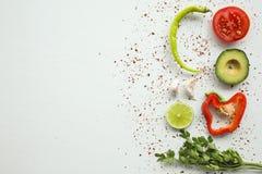 Ingredienti del guacamole su fondo bianco: avocado, paprica, pomodoro, cipolla Fotografia Stock Libera da Diritti