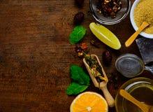 Ingredienti del tè su da tavolo di legno Fotografia Stock