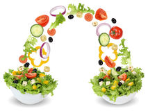Ingredienti dell'insalata di volo in ciotola con i pomodori, cipolla, olive fotografia stock