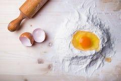 Ingredienti della pasta messi sulla tavola Fotografia Stock Libera da Diritti
