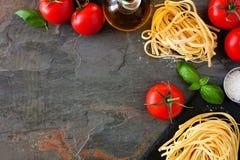 Ingredienti della pasta, sopra il confine dell'angolo di vista contro un fondo dell'ardesia fotografie stock libere da diritti