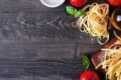 Ingredienti della pasta, sopra il confine dell'angolo di vista contro un fondo di legno fotografie stock libere da diritti