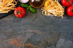 Ingredienti della pasta, sopra il confine superiore di vista contro un fondo dell'ardesia fotografie stock libere da diritti