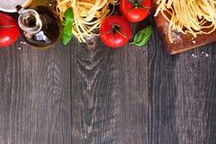 Ingredienti della pasta, sopra il confine superiore di vista contro un fondo di legno immagine stock